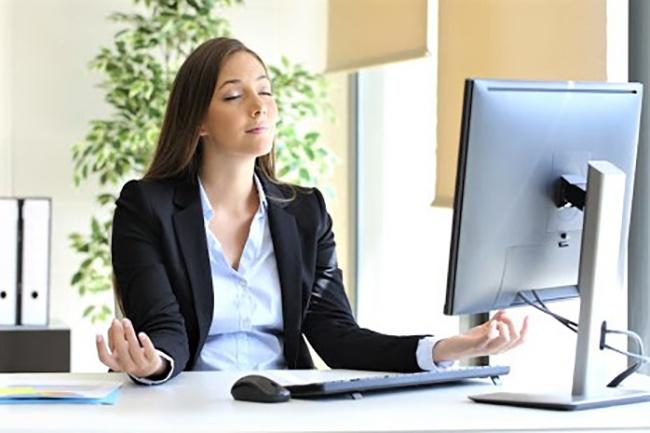 Programa online de mindfulness para empresas - chica meditando