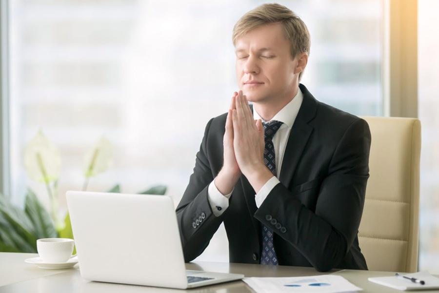 Programa online de mindfulness para empresas - chico meditando en empresa